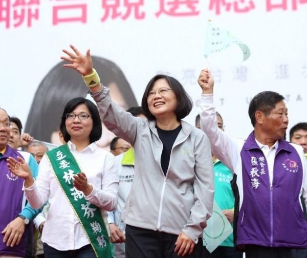 民進黨總統候選人蔡英文今日在臉書上指出,2008年民進黨最落魄的時候,蘆洲鄉親仍支持並讓林淑芬當選立委,這使得民進黨繼續認真地努力下去。(圖擷自「蔡英文 Tsai Ing-wen」臉書)