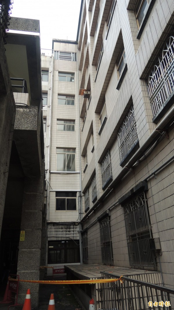 男子墜樓地點圍起封鎖線。(記者羅欣貞攝)