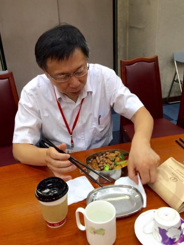 台北市長柯文哲表示,他在台大醫院工作20年養成的習慣,可以讓他在6分半鐘吃完一個便當,柯還說「快點吃完,就有更多的時間可以工作」,是個不折不扣的工作狂。(圖擷取自柯文哲臉書)