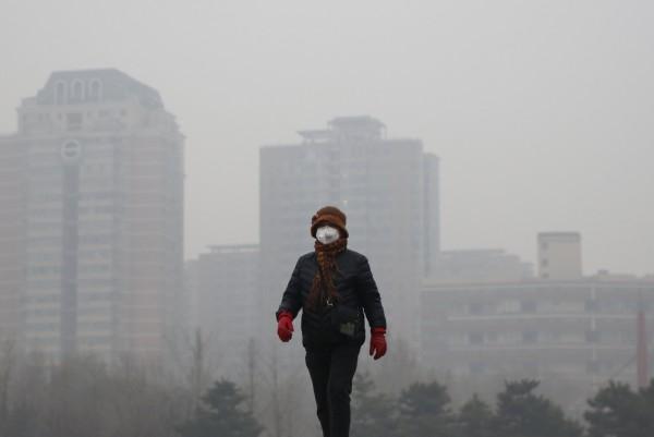 中國北京首次發布霧霾空氣汙染的「紅色預警」,當局並建議公司企業可實行彈性工作,不過有民眾仍向媒體表示上班族「該加班加班,該幹啥幹啥。」(路透)