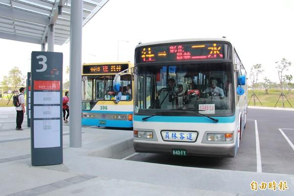 高鐵彰化站,客運業者也開出10條路線供乘客使用。(記者陳冠備攝)
