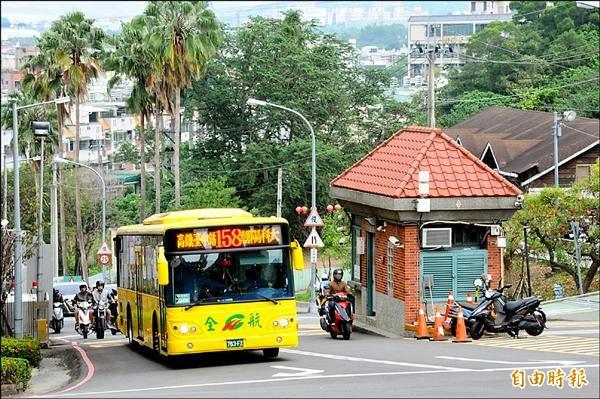 朝陽科大五年前開始讓公車進校園,因省錢、安全又方便,獲得師生肯定。(記者陳建志攝)