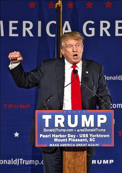 爭取共和黨總統提名的川普七日在美國約克鎮號航空母艦(USS. Yorktown)上,向參加「美國珍珠港榮軍紀念日」的民眾暢談反恐妙方。除了不讓穆斯林入境,還要微軟創辦人比爾.蓋茲把網路關掉。(法新社)