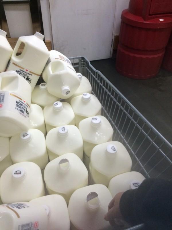 這名網友響應秒買秒退的抵制行動,買了27罐林鳳營鮮乳後,拆開封膜再去退貨。(圖擷取自PTT)