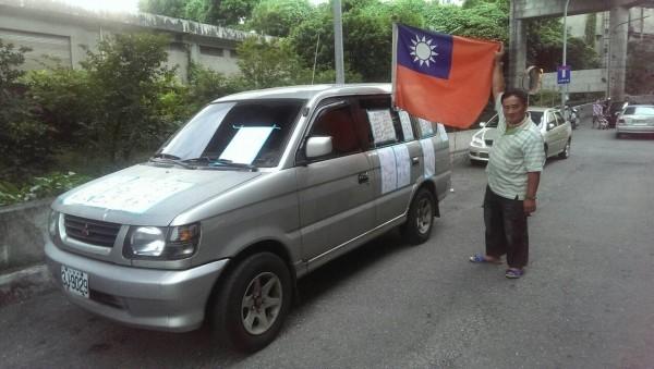 高寶山就是駕著插有中華民國國旗的汽車,衝入基地。(記者林嘉東翻攝)