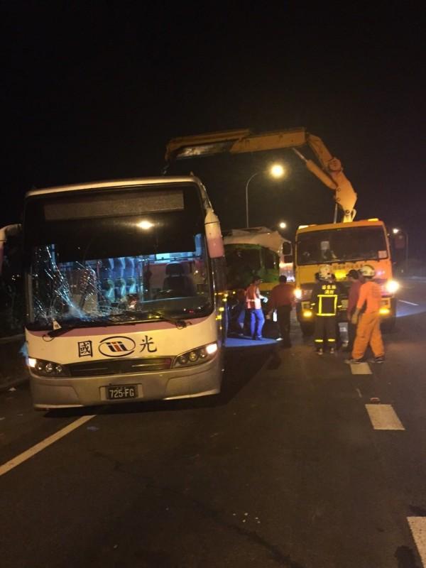11月23日在國道苗栗路段發生國光客運被聯結車追撞事故。(資料照,記者彭健禮翻攝)
