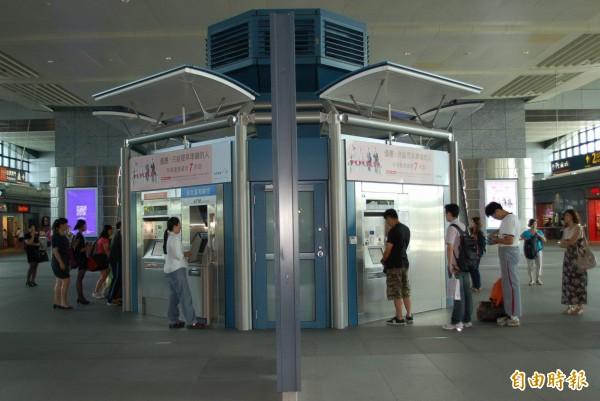 45歲徐姓男子日前欲搭乘高鐵前往台中,在自動售票機前排隊買票時,他發現出票口竟有2張台北至台中的高鐵票,隨即不動聲色取走,示意圖。(資料照,記者陳建志攝)