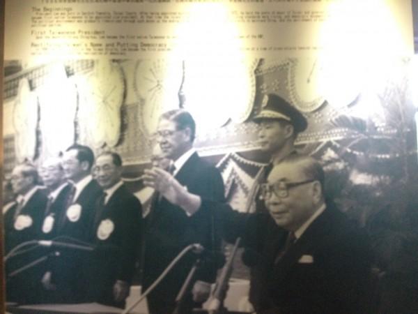 故總統蔣經國(右一)生前主持國慶大典,當時副總統李登輝(右三)在側。(記者黃其豪翻攝)