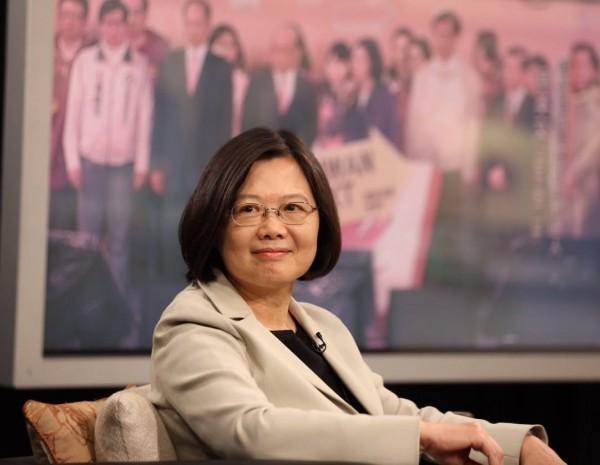 蔡英文稍早表示,轉換能為沈悶停滯的臺灣帶來新的希望,更強調:「『做不好,就換人』,這就是民主選舉的基本原則。」(圖擷取自蔡英文臉書粉絲專頁)