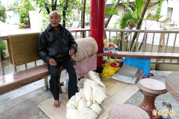 蕭姓民眾窩居在廟宇涼亭一個月了。(記者蔡宗勳攝)