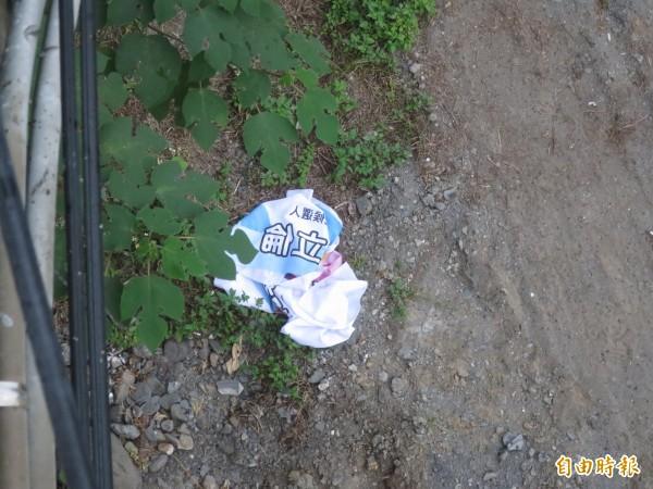 國民黨總統候選人朱立倫與立委許淑華競選布條,附掛於水里溪畔卻疑似遭人破壞棄置。(記者劉濱銓攝)
