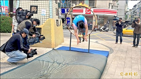 國民黨立委候選人陳茂嘉昨天「跳火圈」,宣示必勝決心。(記者郭顏慧攝)