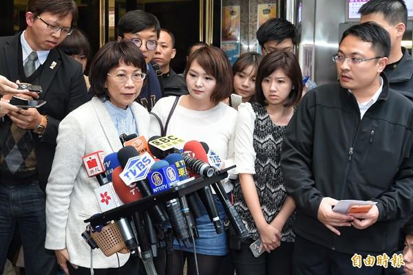 國民黨副總統候選人王如玄(左)9日下午前往法扶會,討論捐出所得的細節,並就購買軍宅的相關疑慮再度說明。(記者劉信德攝)