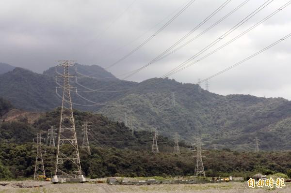 台灣輸電鐵塔都是千篇一律的層層倒梯型,讓人有生硬的視覺印象。(資料照,記者邱芷柔攝)