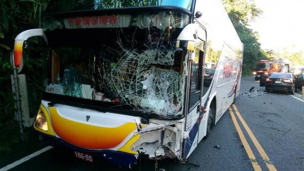 中國旅行團的遊覽車也被擦撞,司機受傷。(記者余雪蘭翻攝)