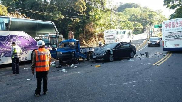 台18線39公里處遊覽車與小貨車、小客車撞成一團。(記者余雪蘭翻攝)