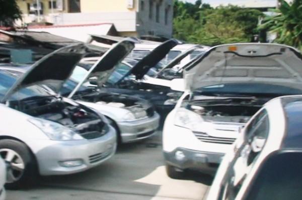 警方查扣多台車輛,一一比對。(記者林宜樟翻攝)
