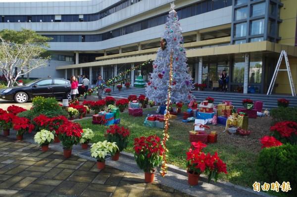 縣府廣場銀色耶誕樹搭配禮物及聖誕紅,充滿耶誕氣氛。(記者林國賢攝)