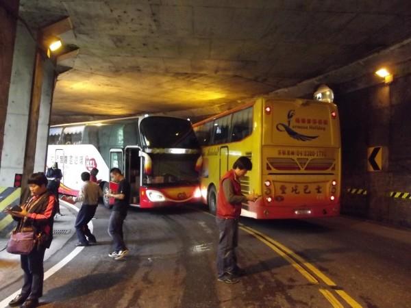 阿里山公路觸口明隧道兩輛遊覽車發生擦撞,幸無人受傷。(記者余雪蘭翻攝)