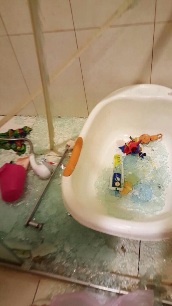 盧小姐住家浴室玻璃拉門破裂。(盧小姐提供)