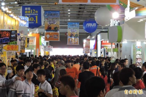 台中區資訊月活動一開幕就湧入大量人潮。(記者何宗翰攝)