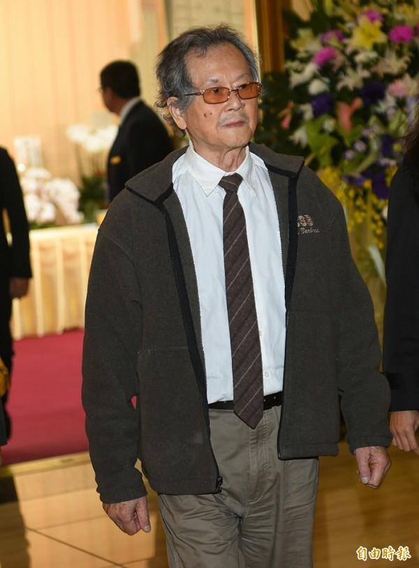 小說家黃春明今日弔唁《自由時報》創辦人林榮三先生。(記者張嘉明攝)