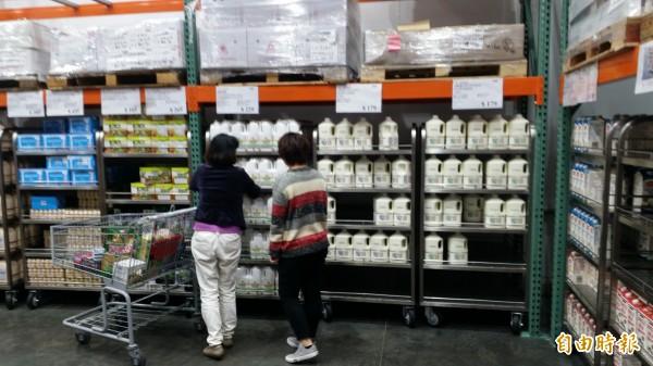 近日民眾發起滅頂運動,到美式賣場好市多秒買秒退頂新旗下牛奶品牌林鳳營,但也引發了反對看法。對此曾任鴻海副總經理的高飛鷂今日在臉書發文強調,這種抵制方式絕對有效!(資料照,記者周敏鴻攝)