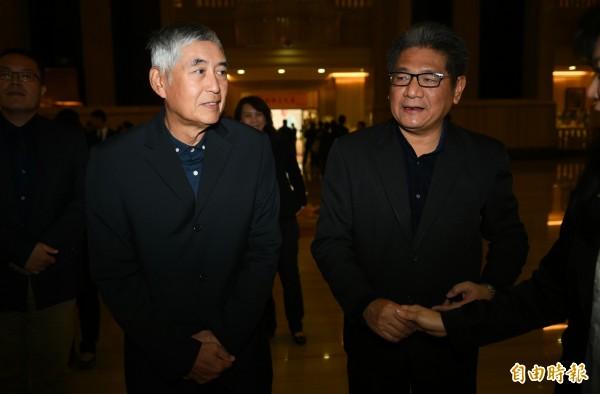 導演柯一正(左)與紙風車兒童劇團團長李永豐(右)11日弔唁自由時報創辦人林榮三先生。(記者張嘉明攝)
