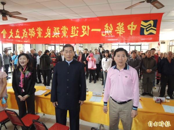 中華統一促進黨總裁張安樂(前右二)到台南主持統促黨張良黨部成立大會。(記者王俊忠攝)