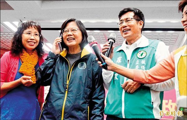 民進黨總統候選人蔡英文昨造訪板橋,出席「小英姐妹會」成立大會,親自打電話催票。(記者陳韋宗攝)