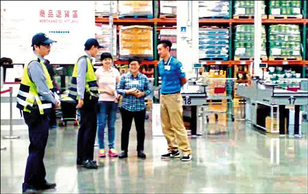 反頂新秒買秒退引起反彈,台南警方到賣場關切。(記者黃文鍠翻攝)