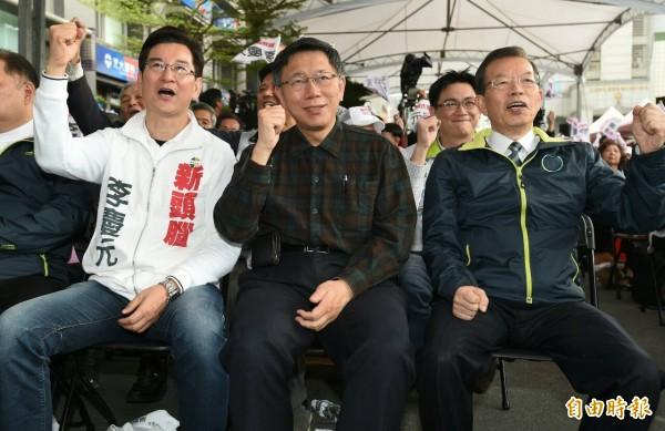 台北市長柯文哲(右)今日出席無黨籍立委參選人李慶元(左)競選總部成立大會。(記者廖振輝攝)