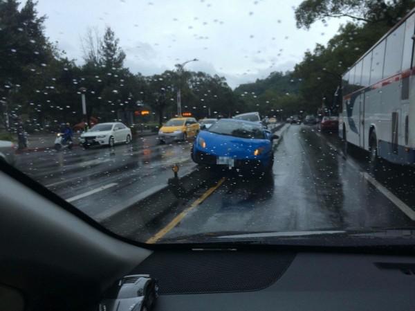 價值千萬元的藍寶基尼跑車,今天上午失控卡在中山北路五段的中央分隔島上。(記者陳恩惠翻攝)