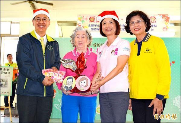 民進黨副總統候選人陳建仁(左一)昨天到大里推薦民進黨立委候選人何欣純(右二),親手送禮物給據點長輩。(記者陳建志攝)