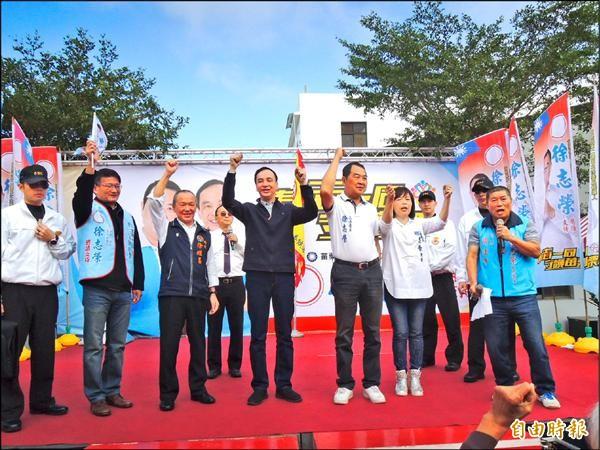 國民黨總統候選人朱立倫(左四)到苗栗縣替立委候選人徐志榮(右三)站台,大家高呼「凍蒜」。(記者張勳騰攝)