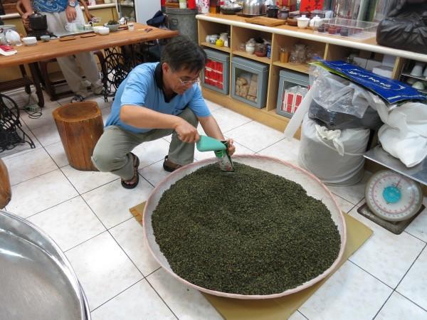 真理大學管理學院院長洪朝富,在茶裝追蹤包裝過程。(真理大學提供)