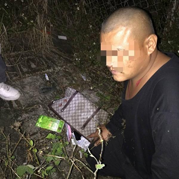 張姓男子涉嫌搶劫並打傷被害人,犯案後4小時多就被警方逮捕,起出被害人手提包。(記者余雪蘭翻攝)