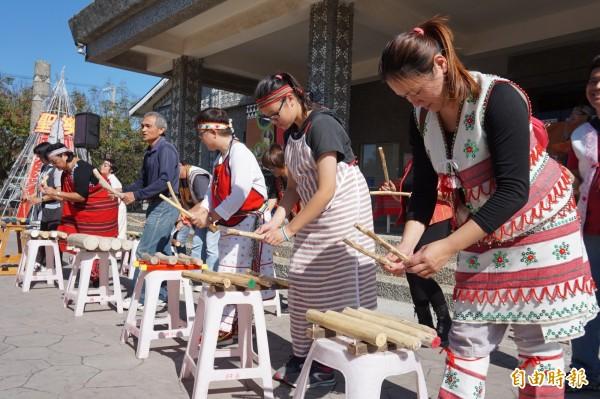 原住民的木琴表演。(記者歐素美攝)
