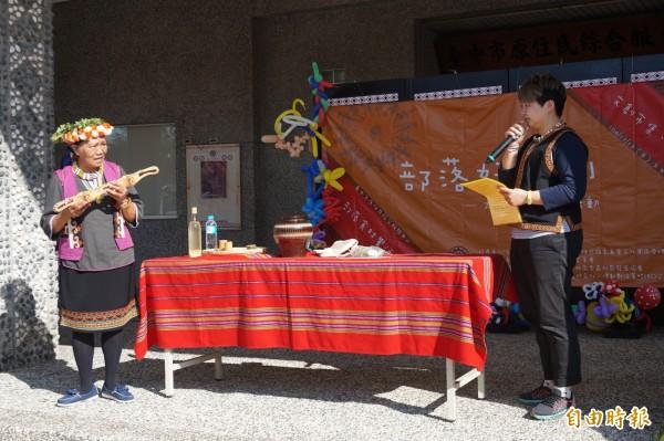 原住民耆老教授小米酒的做法。(記者歐素美攝)