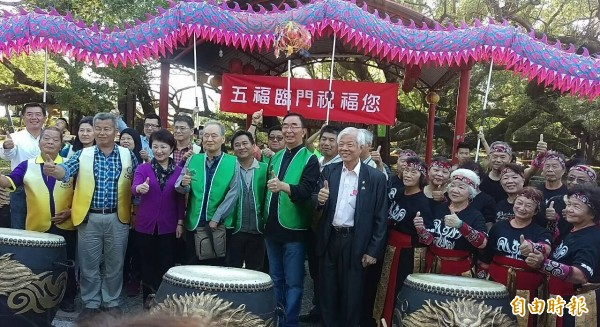 台灣搶救老樹協會慶祝五福臨門老樹被救活辦慶典。(記者陳品竹攝)