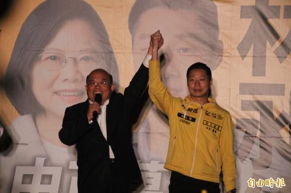 林昶佐於萬華區舉辦音樂會,前行院長蘇貞昌也出席支持。(記者鍾泓良攝)