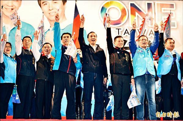 國民黨總統候選人朱立倫昨天成立桃園市南區競選總部,朱推銷縣長經驗,大打經濟牌,全力爭取鄉親支持。(記者周敏鴻攝)