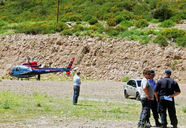 一架載有MTV實境秀工作人員的直升機,於當地時間週六早上墜毀於阿根廷西部。圖為當局派往失事地點查看的人員。(法新社)
