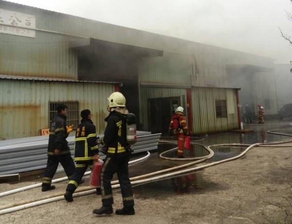 新屋鐵皮工廠倉庫火警,有毒濃煙四竄。(記者李容萍翻攝)