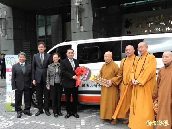 新北市佛教會捐贈新北市政府1輛由9人座改裝的新型復康巴士,由副市長侯友宜代表受贈。(記者何玉華攝)