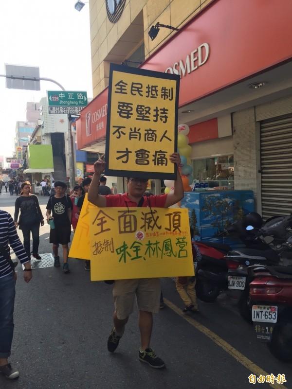 台南青年余欣聰化身「三明治人」鼓勵全民抵制頂新。 (記者黃文鍠攝)