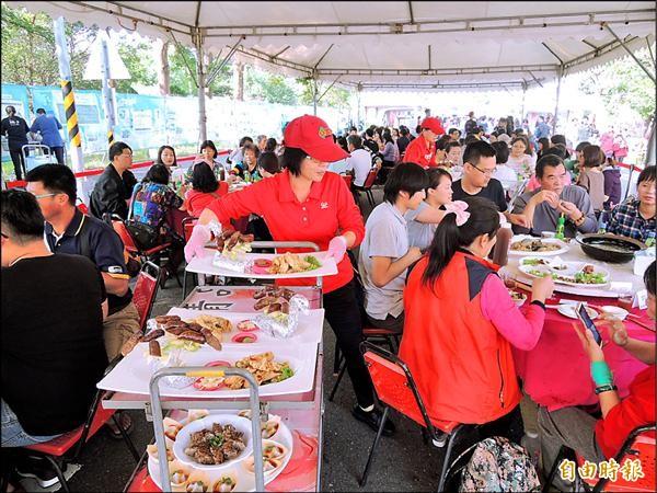 台南美食節推出小吃宴,各種知名小吃一次到位,滿足饕客們的味蕾。(記者洪瑞琴攝)
