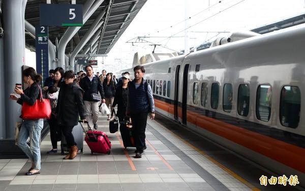 台灣高鐵爆出為等CEO而延誤發車,又傳有購買對號座旅客遭丟包月台,只能搭下一班列車的自由座。(資料照,記者吳俊鋒攝)