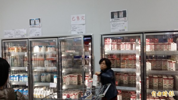 民眾發起秒買秒退,不過林鳳營鮮奶有售完的情形,民眾因此將目標轉向UCC咖啡。(資料照,記者翁聿煌攝)