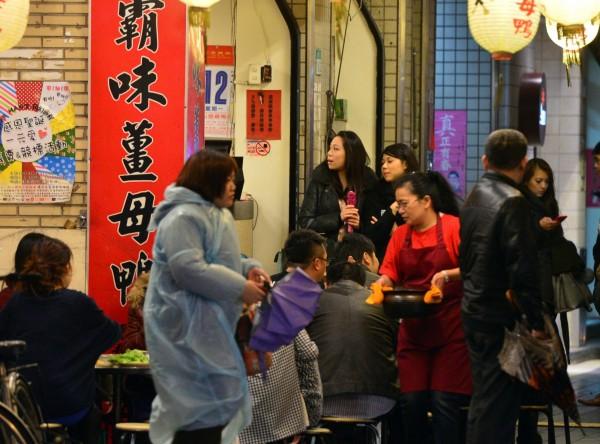 冬天時,許多人喜歡吃薑母鴨、燒酒雞進補。(資料照,記者王藝菘攝)